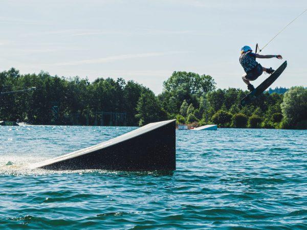Come imparare ad alzarsi e stare in piedi su un wakeboard