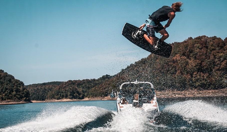 Il wakeboarding è difficile barca sci nautico